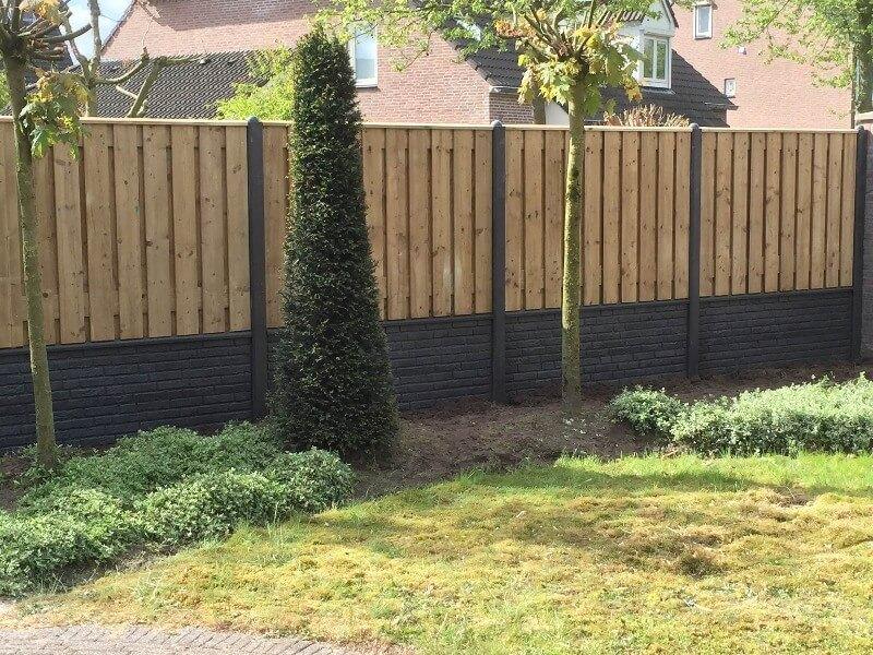 Beton hout schutting achtertuin gras