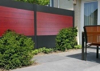 Design schutting grijs rood beton